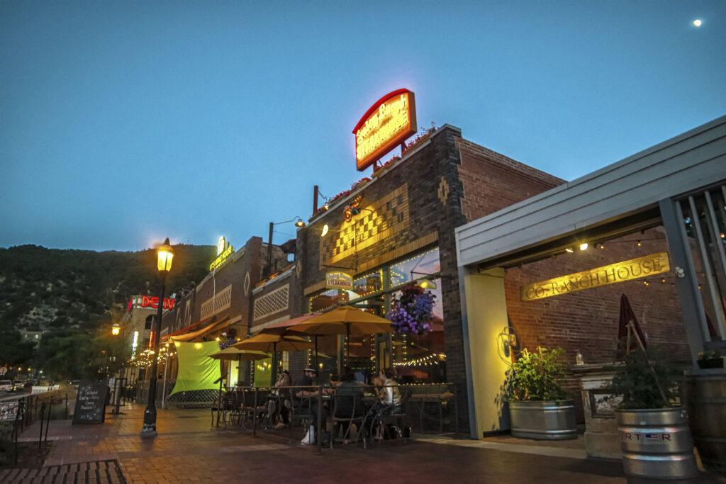 restaurants in glenwood springs co at night